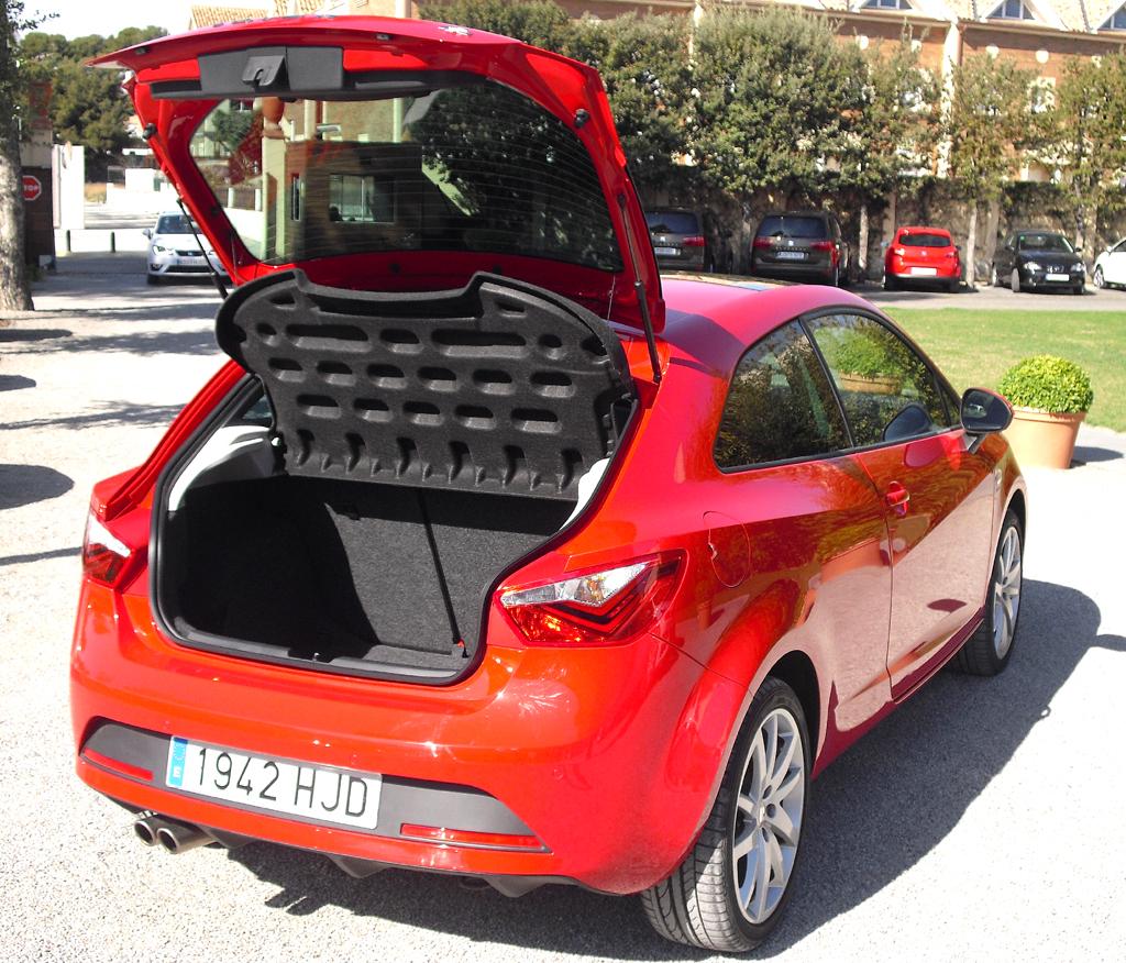 Seat Ibiza: Ins kleine Gepäckabteil des FR-Dreitürers passen 284 bis 930 Liter.