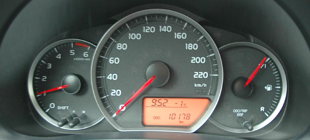 Toyota Yaris: Blick durch den Lenkradkranz auf die Rundinstrumentierung.