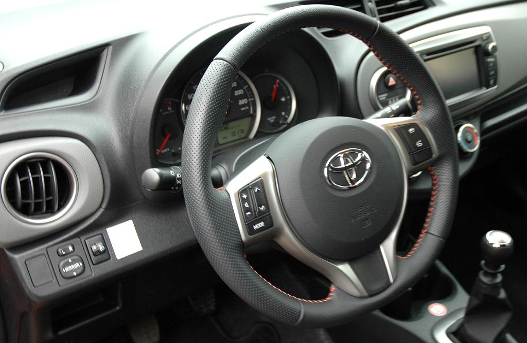 Toyota Yaris: Blick ins recht übersichtlich gestaltete Cockpit.