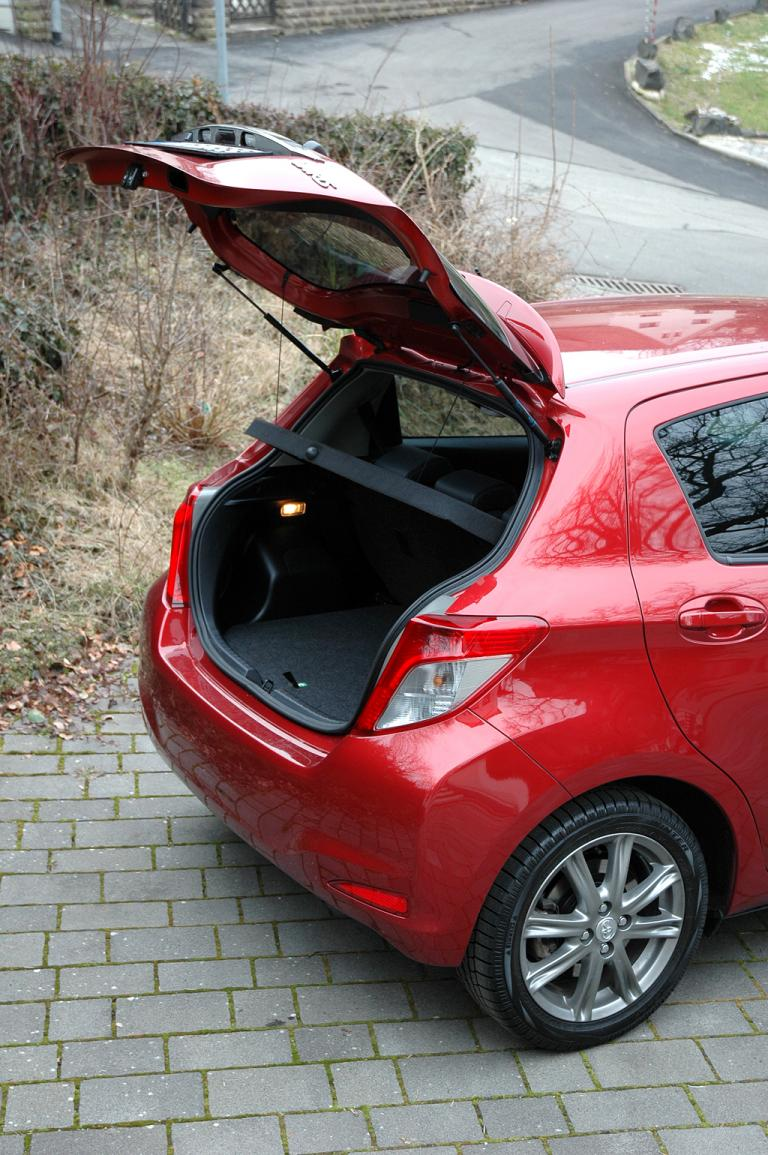 Toyota Yaris: Ins Gepäckabteil passen jetzt fast 290 bis rund 770 Liter hinein.
