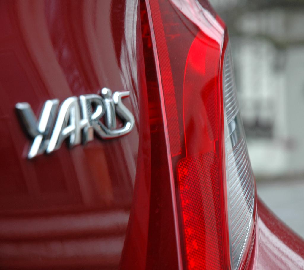 Toyota Yaris: Modellschriftzug an der Heckklappe.