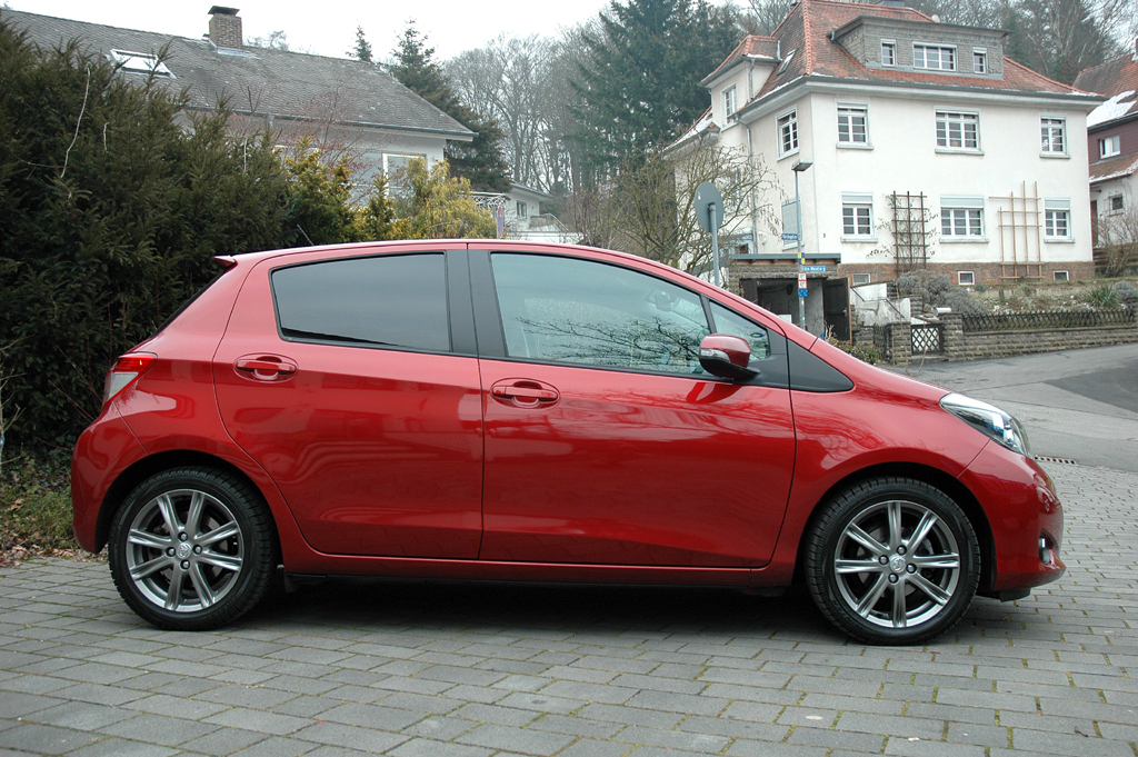 Toyota Yaris: Und so sieht der in Frankreich produzierte Kleinwagen von der Seite aus.