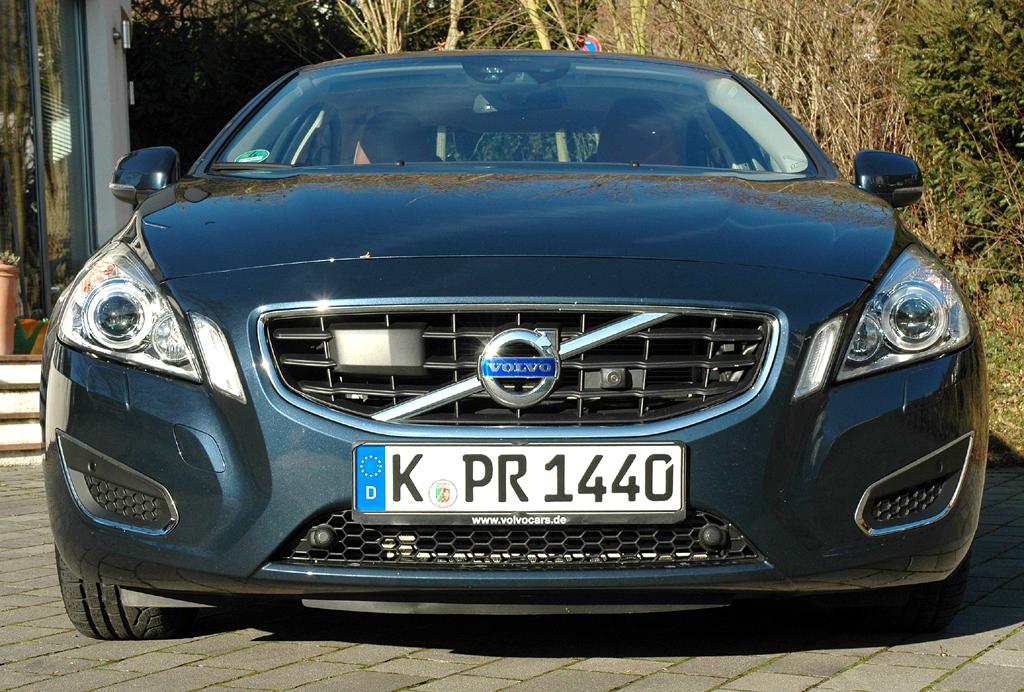 Volvo S60: Blick auf die Frontpartie der Sportlimousine.