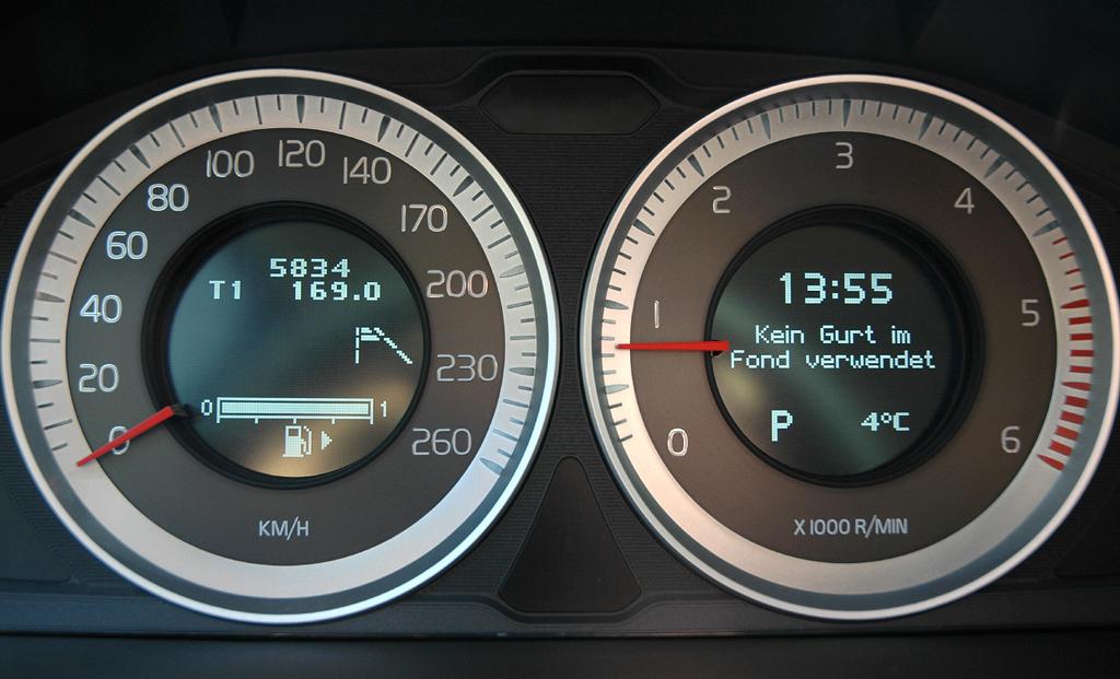 Volvo S60: Blick durch den Lenkradkranz auf die Rundinstrumentierung.