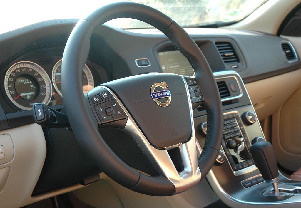 Volvo S60: Blick ins sportlich-funktionell gestaltete Cockpit.