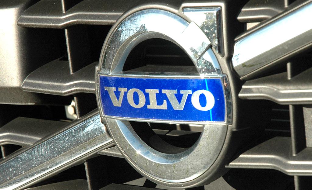 Volvo S60: Das Markenlogo sitzt vorn in einer Diagonalspange im Kühlergrill.