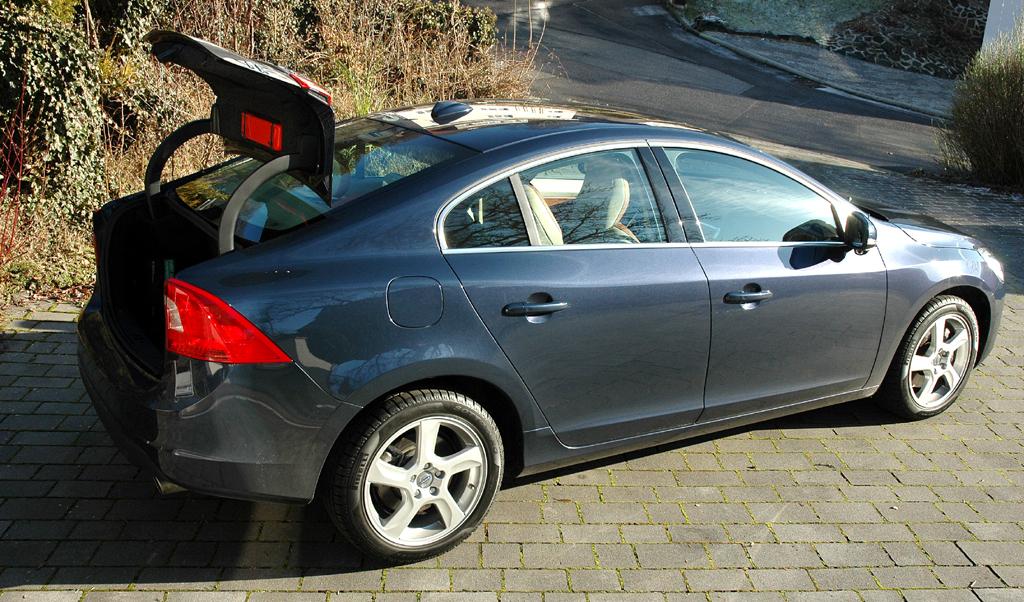 Volvo S60: Ins Gepäckabteil passen erweiterbare mindestens 380 Liter hinein.