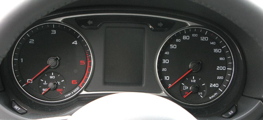 Audi A1: Blick durch den Lenkradkranz auf die Rundinstrumentierung.