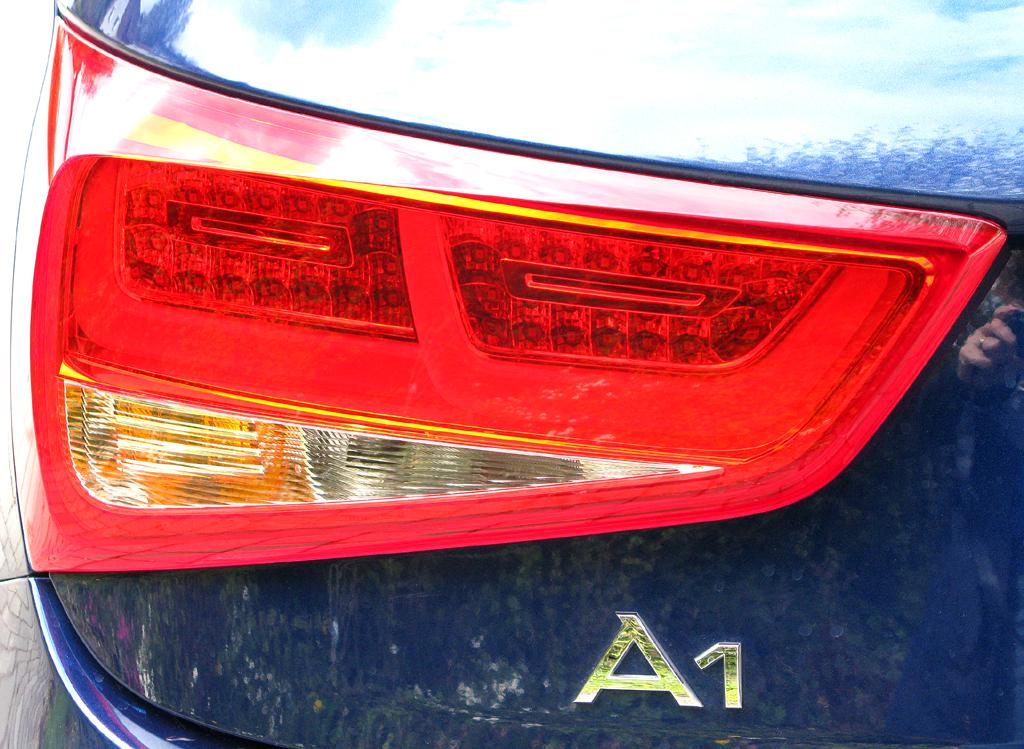 Audi A1: Moderne Leuchteinheit hinten mit Modellschriftzug.