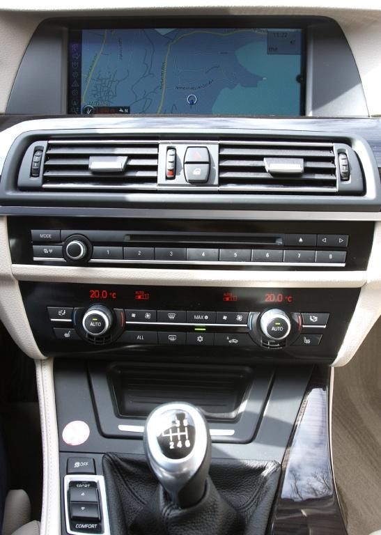 BMW 520d EfficientDynamics: Blick auf den mittleren Armaturenträger.