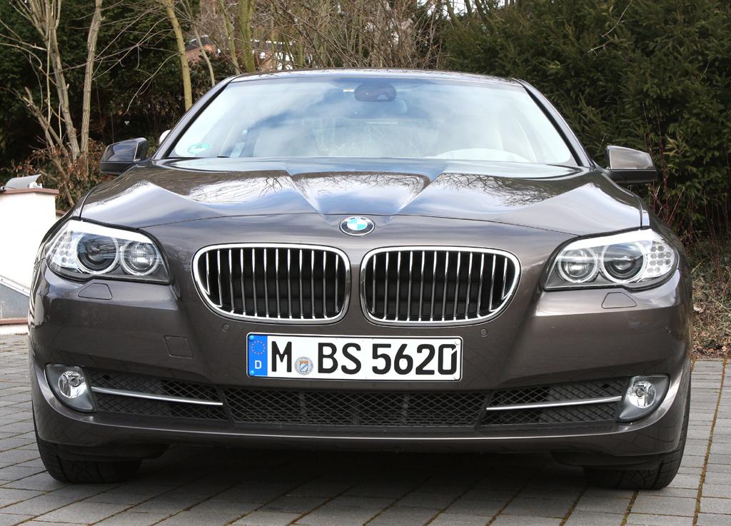 BMW 520d EfficientDynamics: Blick auf die Frontpartie der Limousine.