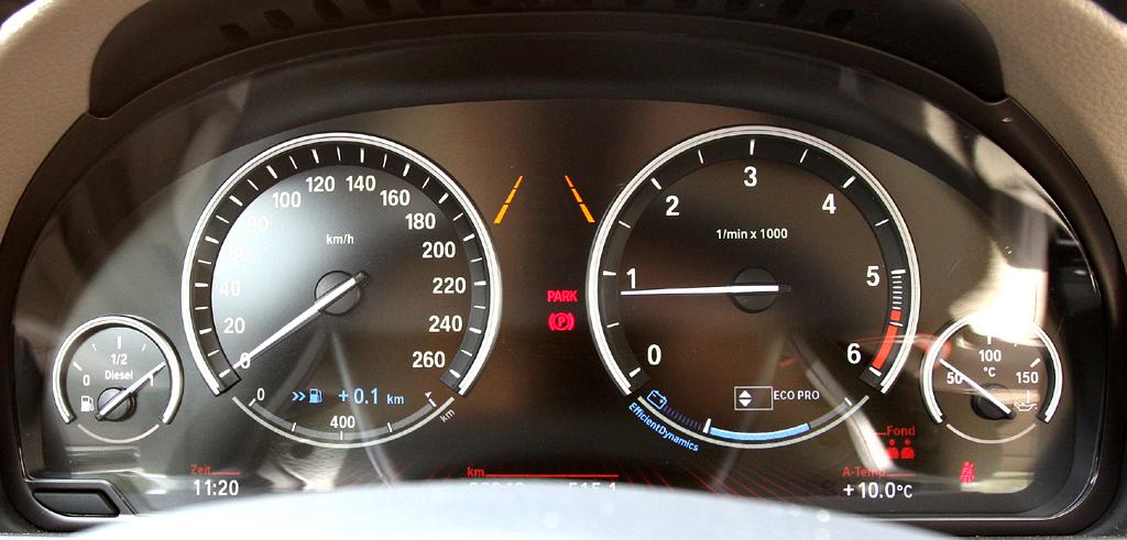 BMW 520d EfficientDynamics: Blick durch den Lenkradkranz auf die Rundinstrumentierung.