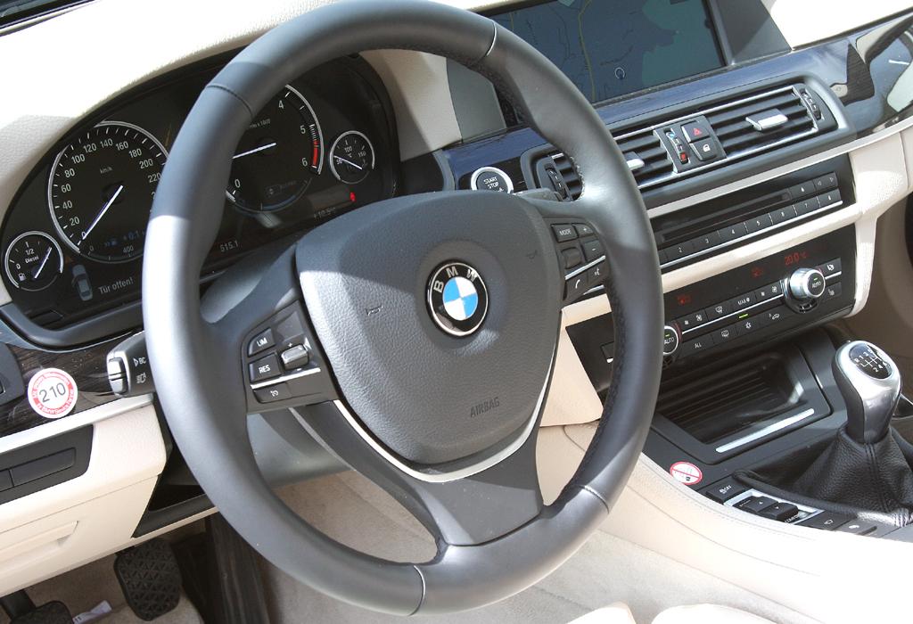 BMW 520d EfficientDynamics: Blick ins sportlich-funktionelle Cockpit.