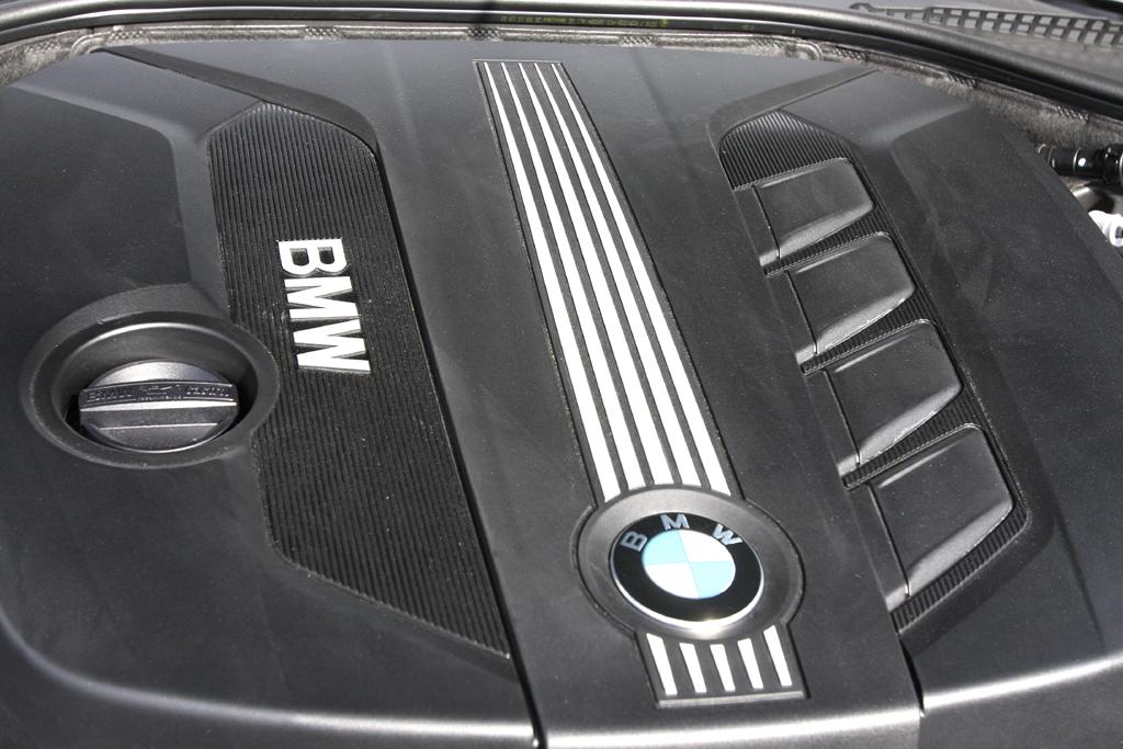 BMW 520d EfficientDynamics: Blick unter die Haube auf den 2,0-Liter-Vierzylinder.