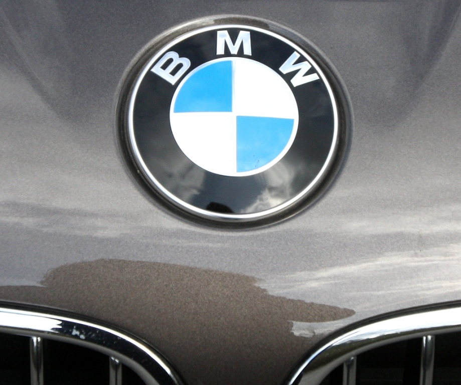 BMW 520d EfficientDynamics: Das Markenlogom sitzt vorn gleich über der Doppelmiere.