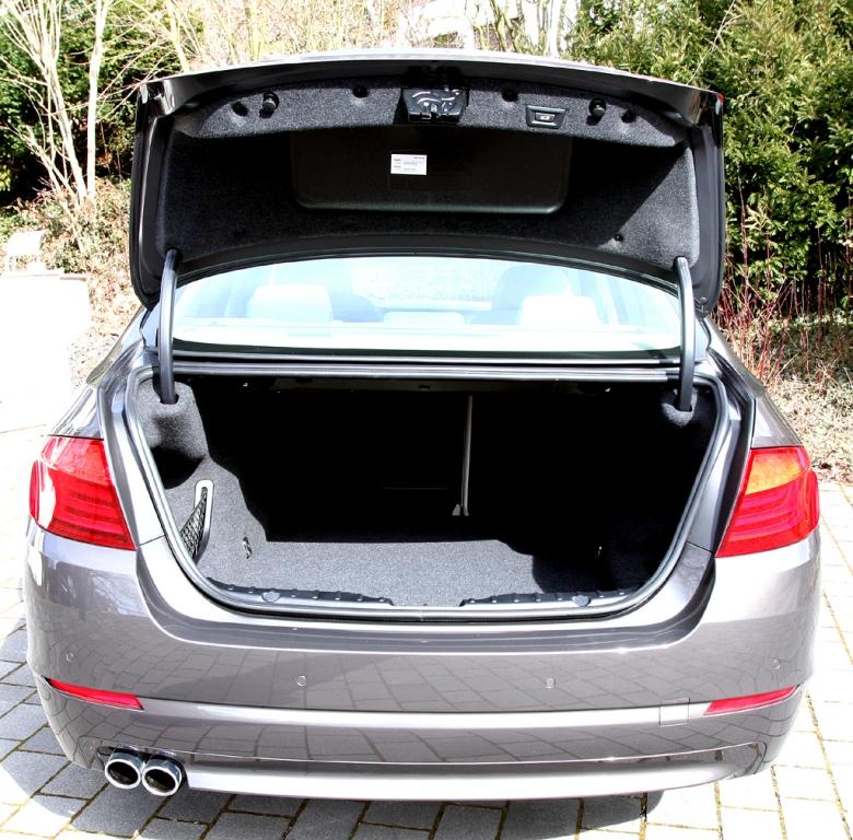 BMW 520d EfficientDynamics: Ins Gepäckabteil passen stattliche 520 Liter hinein.