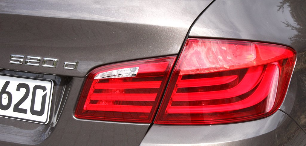 BMW 520d EfficientDynamics: Moderne Leuchteinheit hinten mit Motorisierungsschriftzug.