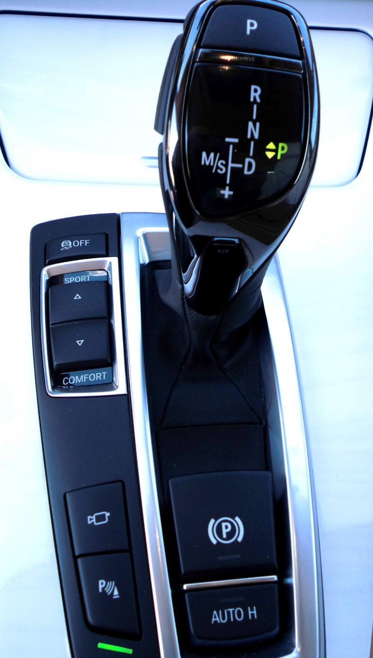 BMW 6er Gran Coupé: Blick auf Getriebewählhebel und die Fahrerlebnisschalter oben links.