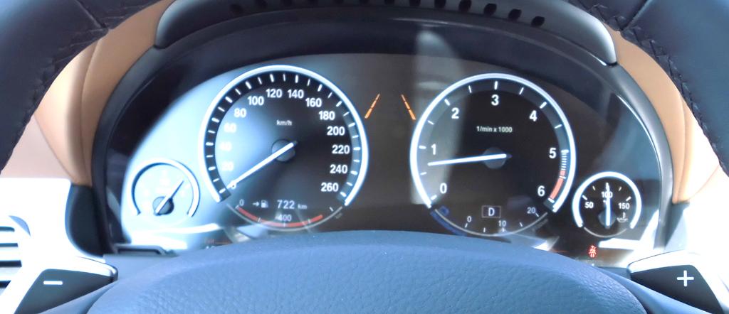 BMW 6er Gran Coupé: Blick durch den Lenkradkranz auf die Rundinstrumentierung.