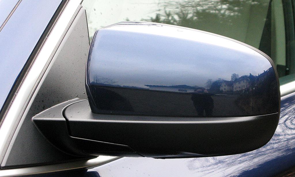 BMW X6 40d: Blick auf den Außenspiegel auf der Fahrerseite.