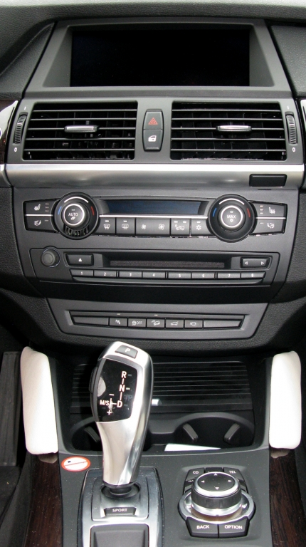 BMW X6 40d: Blick auf den mittleren Armaturenträger.