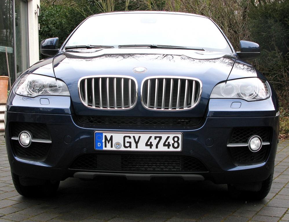 BMW X6 40d: Blick auf die bullige Frontpartie.