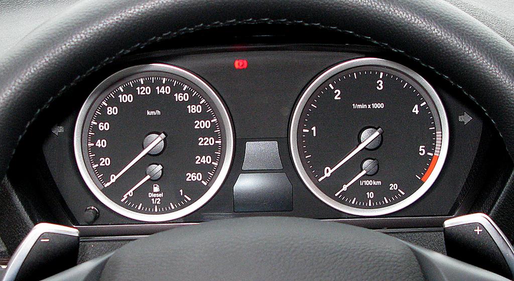 BMW X6 40d: Blick durch den Lenkradkranz auf die Rundinstrumentierung.