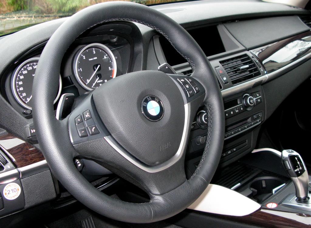 BMW X6 40d: Blick ins sportlich-funktionelle Cockpit.