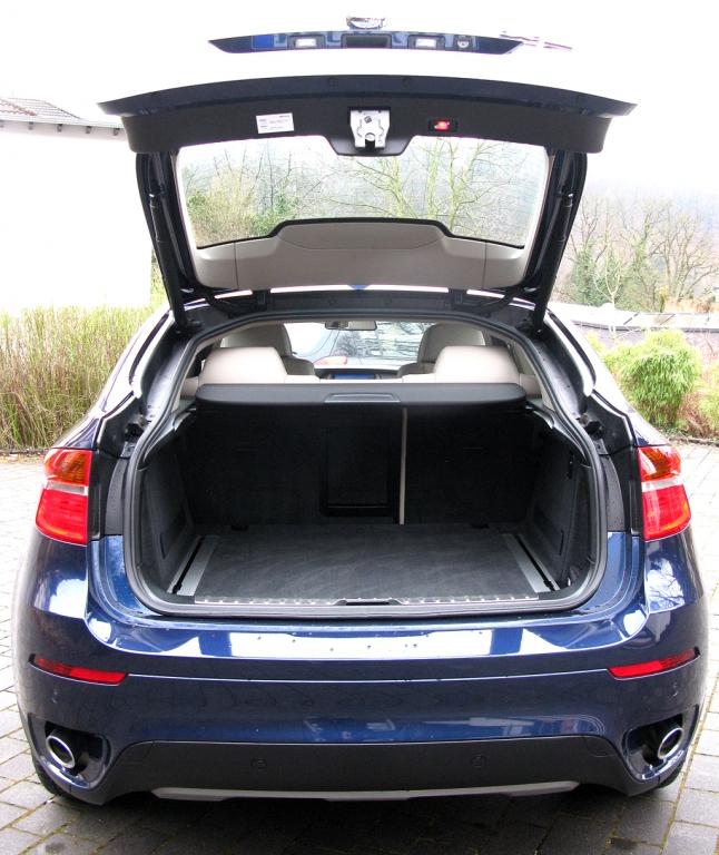 BMW X6 40d: Ins Gepäckabteil passen 570 bis 1450 Liter hinein.