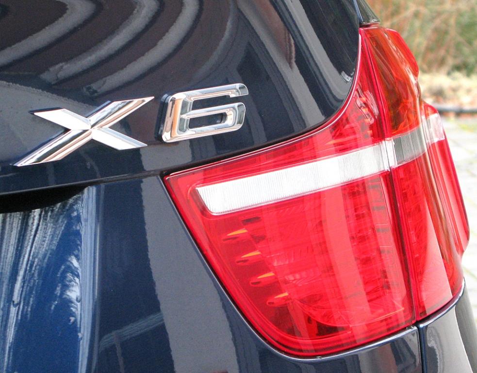 BMW X6 40d: Moderne Leuchteinheit hinten mit Modellschriftzug.