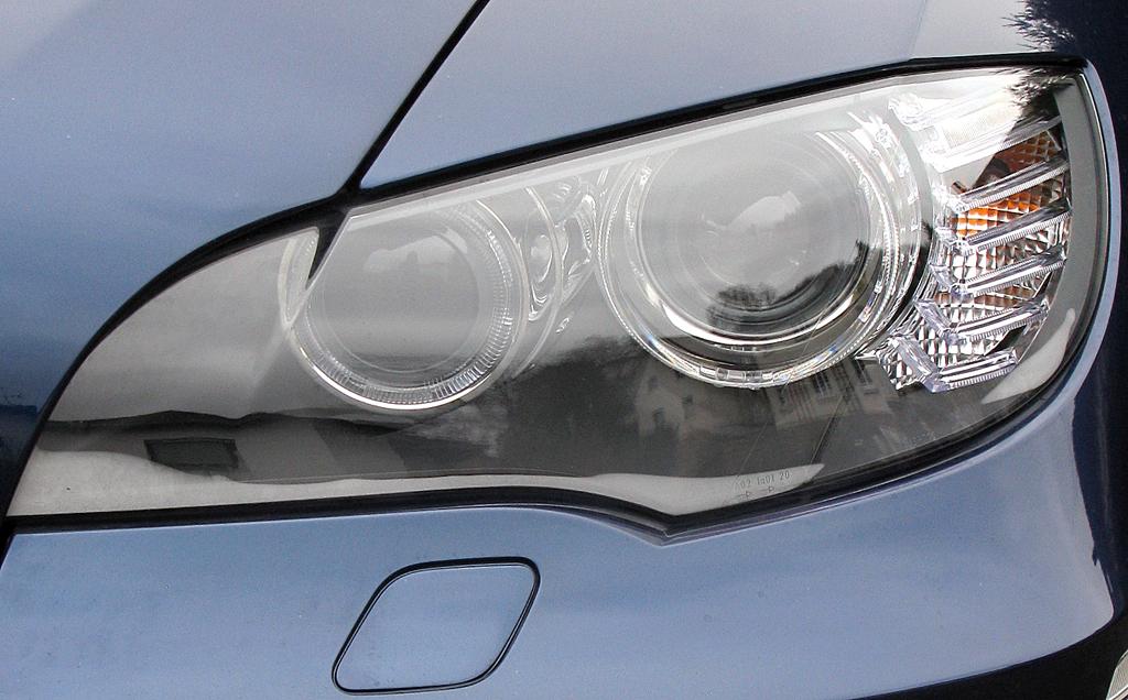 BMW X6 40d: Moderne Leuchteinheit vorn.
