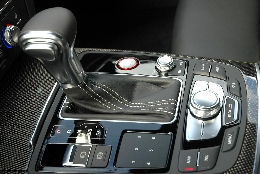 Blick auf die Bedieneinheit zwischen Fahrer- und Beifahrersitz.