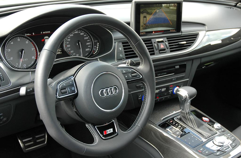 Blick ins sportlich-funktionelle Cockpit.