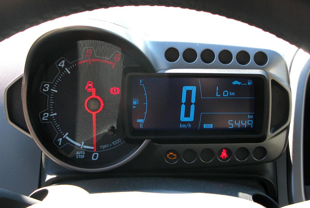 Chevrolet Aveo: Blick durch den Lenkradkranz auf die Instrumentierung.