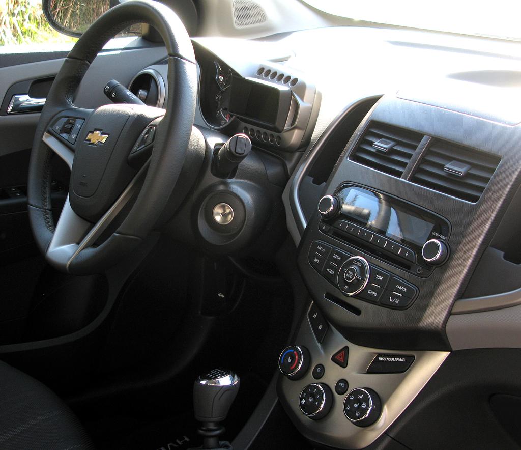 Chevrolet Aveo: Blick ins recht übersichtlich gestaltete Cockpit.