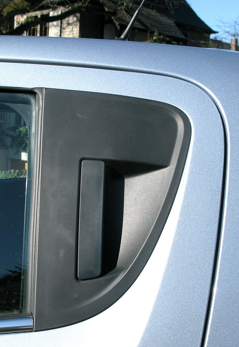 Chevrolet Aveo: Der Griff für die hinteren Türen ist in den Rahmen integriert.