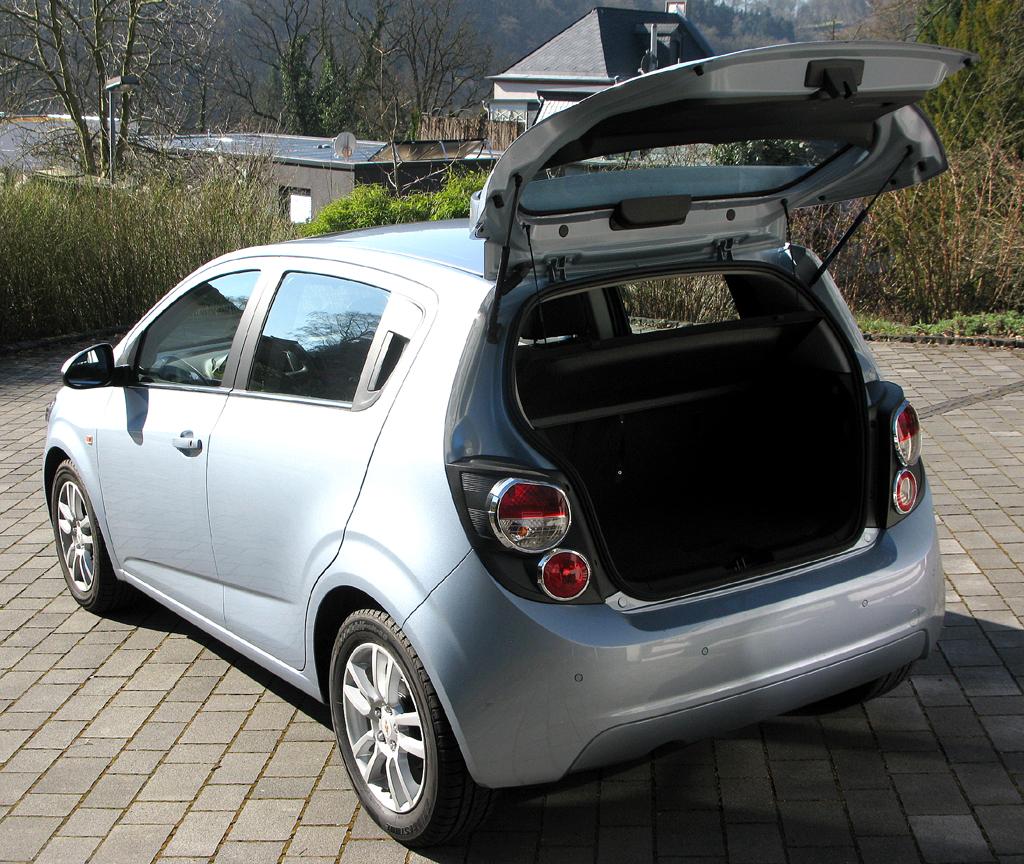 Chevrolet Aveo: Ins Gepäckabteil passen 290 bis 653 Liter hinein.