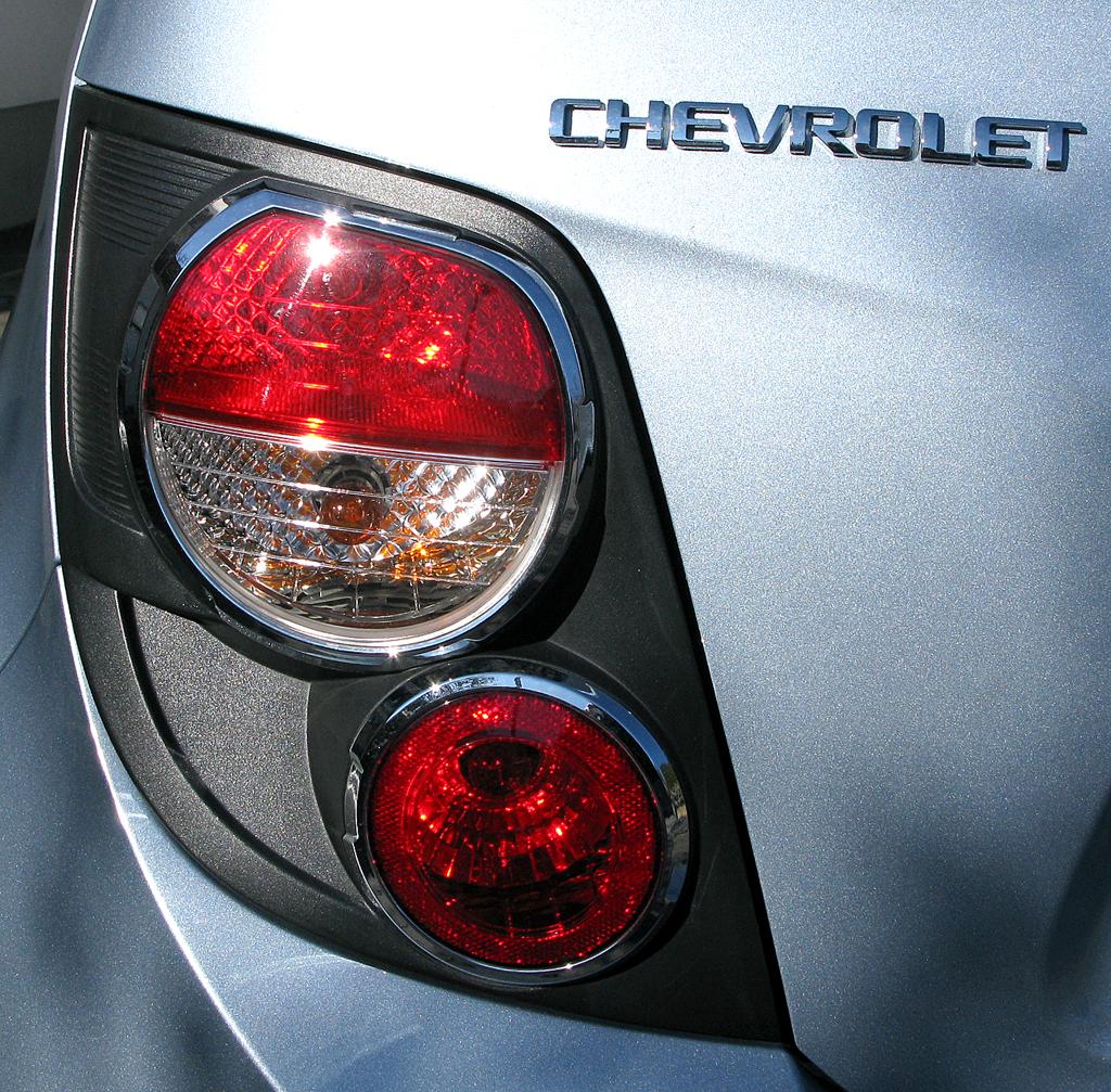 Chevrolet Aveo: Moderne Rundleuchteneinheit hinten mit Markenschriftzug.