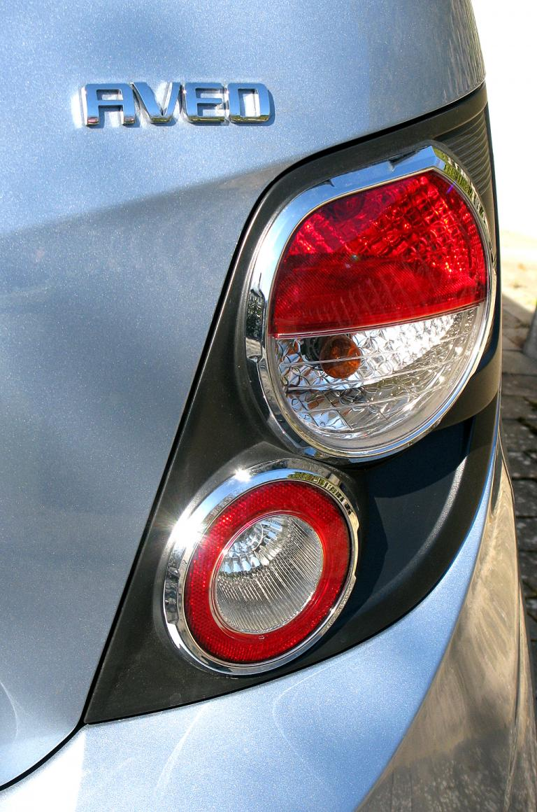 Chevrolet Aveo: Moderne Rundleuchteneinheit hinten mit Modellschriftzug.
