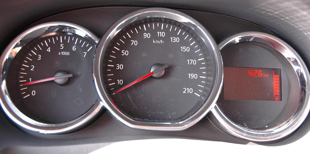 Dacia Lodgy: Blick durch den Lenkradkranz auf die Rundinstrumentierung.