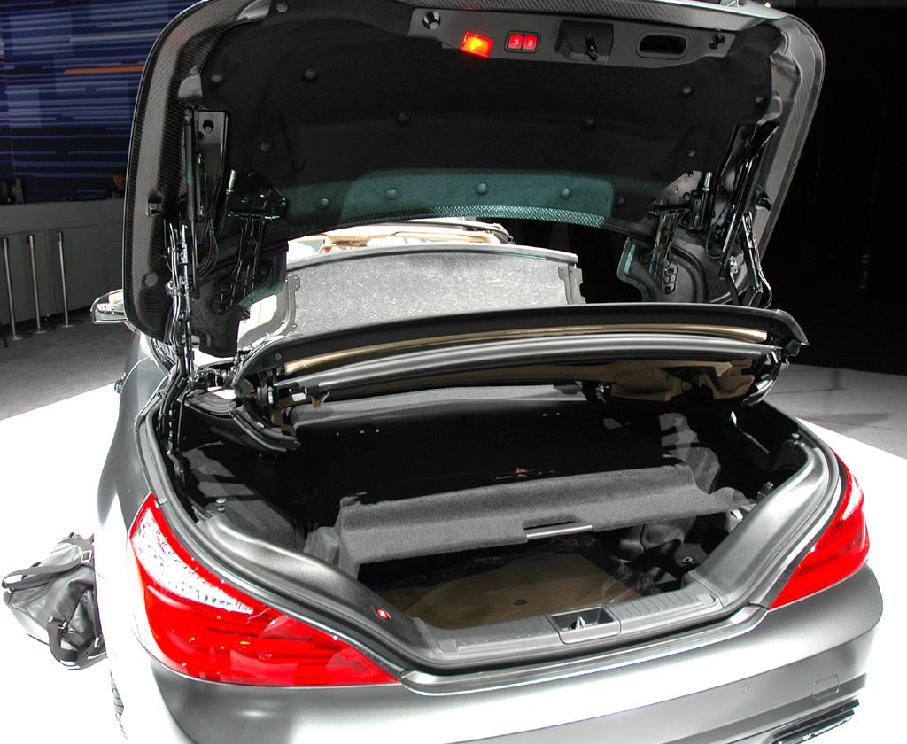 Das Variodach faltet sich in den oberen Teil des 364 bis 504 Liter fassenden Kofferraums.