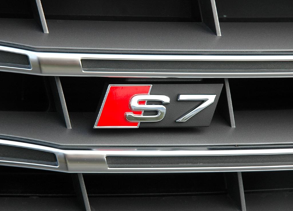 Der Modellschriftzug sitzt wie beim S6 vorn im Kühlergrill.