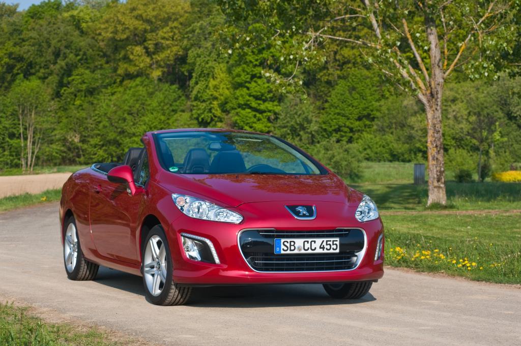 Der Peugeot wartet mit Stahldach auf