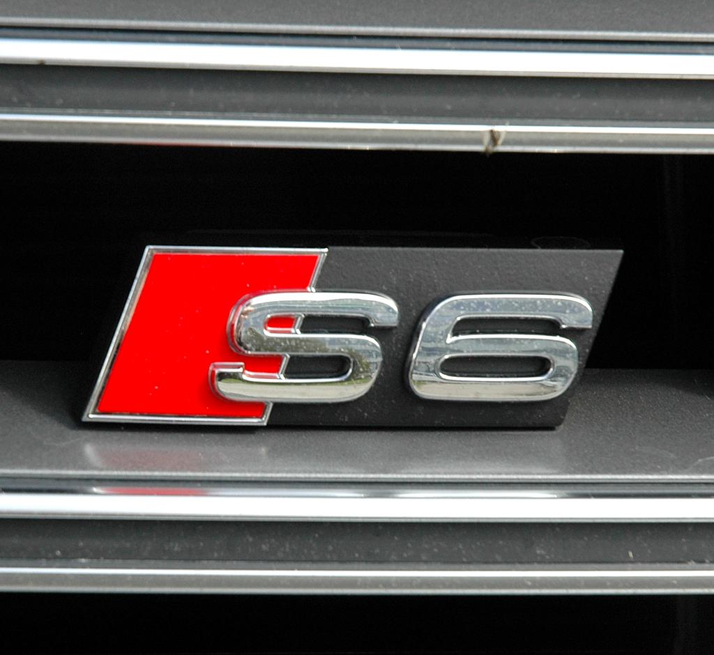 Der S6-Schriftzug sitzt vorn im Kühlergrill gleich links neben den vier Markenringen.