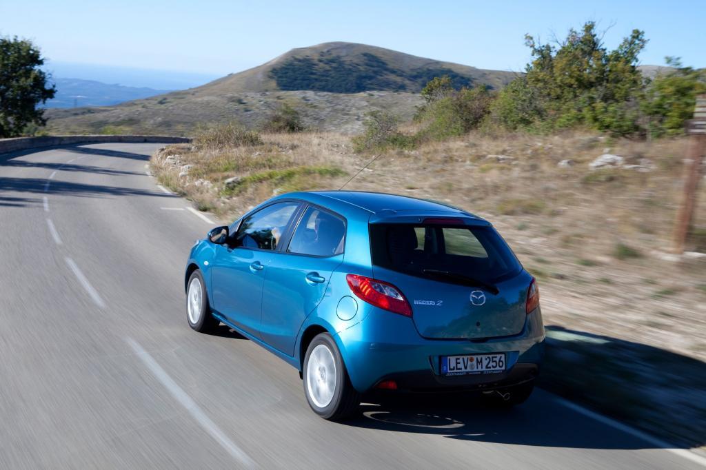 Der kleinste Mazda bringt knapp über eine Tonne auf die Waage