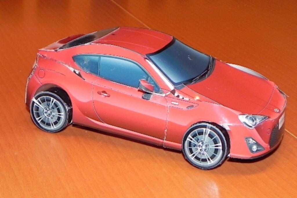 Deutlich billiger als das Original: der Papiernachbau des Toyota GT86
