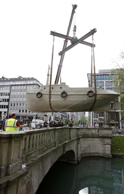 Hochseetaugliches Papierboot zu Wasser gelassen