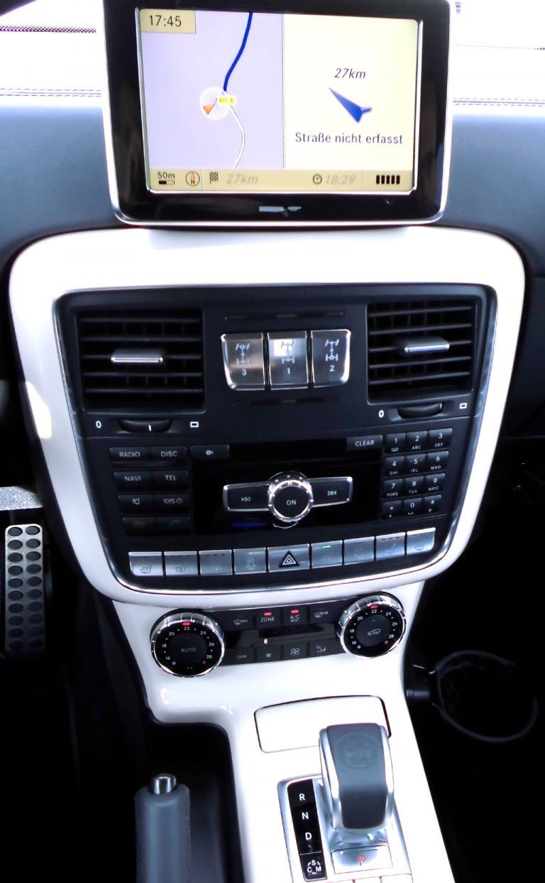 Mercedes G-Klasse: Blick auf den mittleren Armaturenhebel mit Getriebewählhebel vorn.