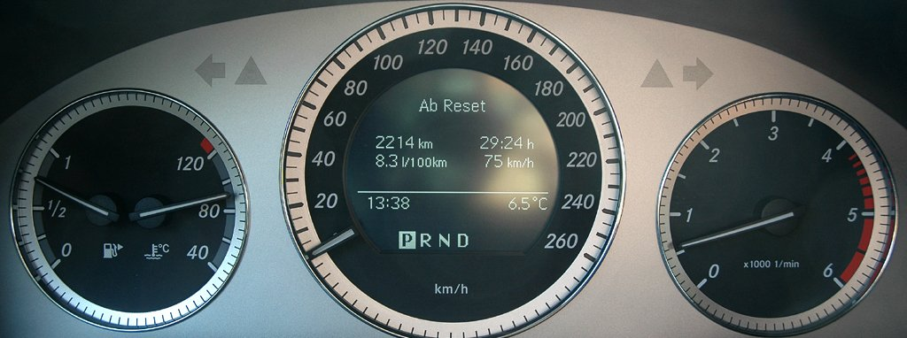 Mercedes GLK: Blick durch den Lenkradkranz auf die Rundinstrumentierung.