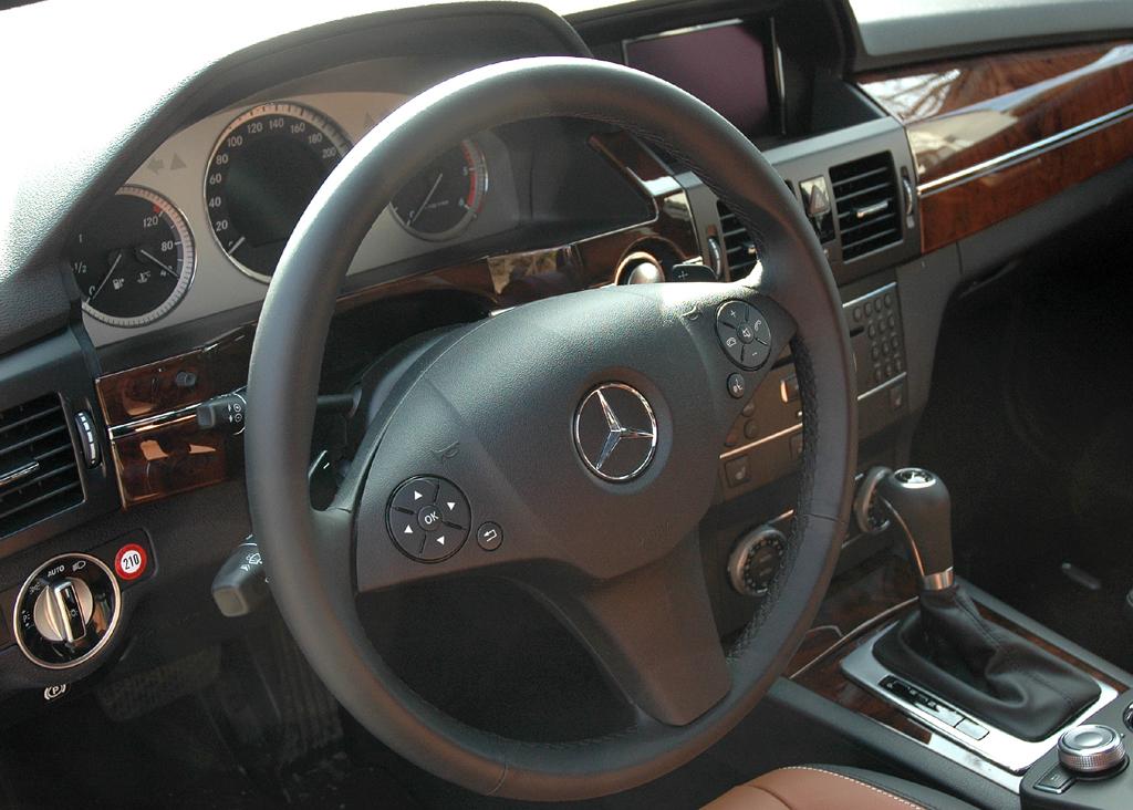 Mercedes GLK: Blick ins Cockpit der Designo-Ausführung.